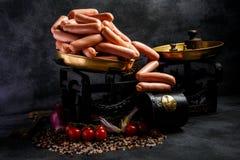 在文物的等级的熟食未加工的长的稀薄的熏肉香肠 库存图片