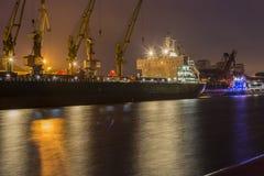 在文茨皮尔斯,拉脱维亚港的货船  库存照片