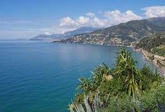 在文蒂米利亚附近的海岸 免版税库存照片