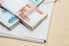 在文件夹的金钱与本文 免版税库存照片
