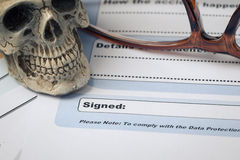 在文件的署名签字的领域与笔和头骨这里;docu 免版税库存照片