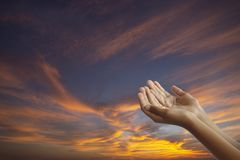 在斋月月,概念期间,空的手穆斯林祈祷:敬天堂的上帝慈悲的,星期五祷告时间 库存照片
