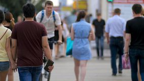在斑马线街道上的人们 现代城市街道的步行者 人们横渡交叉点观看 库存图片