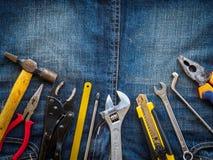 在斜纹布纹理背景的细木工技术工具 劳动节概念 免版税库存照片