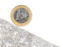 在斜面上的一枚欧洲硬币 库存图片
