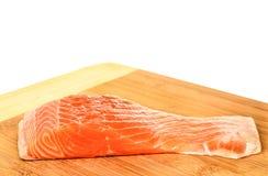 在斩肉板白色背景的三文鱼 免版税库存照片