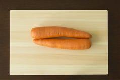 在斩肉板的红萝卜 免版税图库摄影