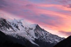 在断层块勃朗峰的云层由日落illumated 免版税库存照片