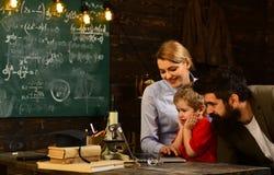 在断裂期间的微笑的成人学生在教室内部、教育毕业和人概念- uccessful家庭教师  库存照片