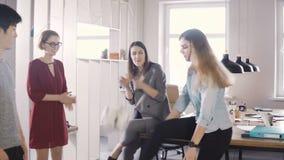 在断裂期间,偶然办公室工作者使用与球 愉快的起始的雇员庆祝在coworking 4K的财政成功 影视素材