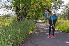 在断裂期间的慢跑者妇女 免版税库存照片