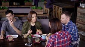 在断裂期间,创造性的现代加工好的朋友见面了在午餐时间 女孩和男孩在a离开办公室吃 股票录像
