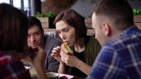 在断裂期间,创造性的现代加工好的朋友见面了在午餐时间 女孩和男孩在a离开办公室吃 影视素材