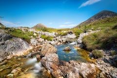 在斯凯岛小岛的山小河  免版税库存图片