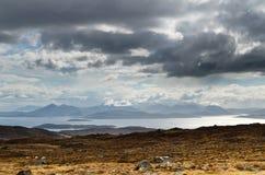 在斯凯岛小岛的蓝色山  免版税库存图片