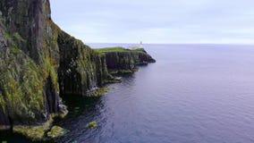 在斯凯岛小岛的Neist点-惊人的峭壁和风景在苏格兰的高地 股票视频