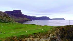 在斯凯岛小岛的Neist点-惊人的峭壁和风景在苏格兰的高地 股票录像