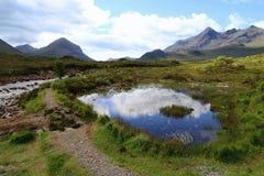 在斯凯岛海岛上的苏格兰高地停泊一个美好的风景的湖  库存图片