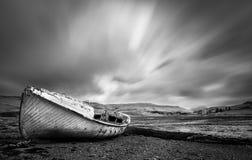 在斯凯岛海岛上的被放弃的船  库存图片