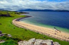 在斯凯岛,苏格兰小岛的珊瑚海滩  库存图片