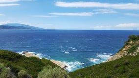 在斯基亚索斯岛海岛上的美丽的海滩在希腊,有风夏日 免版税库存照片