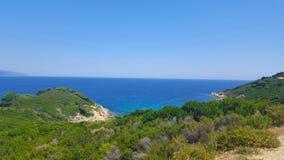在斯基亚索斯岛海岛上的美丽的海滩在希腊,有风夏日 图库摄影