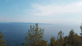 在斯基亚索斯岛海岛上的美丽的海滩在希腊,有风夏日 库存照片