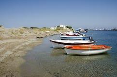 在斯基罗斯岛isla港口的小渔船  免版税库存照片