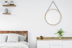 在斯堪的纳维亚样式梳妆台的郁金香,与计划的木架子 库存图片