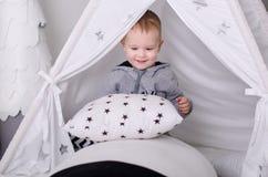 在斯堪的纳维亚样式的新年,圣诞树,有孩子的妈妈,儿童` s玩具,睡眠婴孩 免版税库存照片