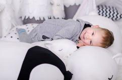 在斯堪的纳维亚样式的新年,圣诞树,有孩子的妈妈,儿童` s玩具,睡眠婴孩 免版税库存图片