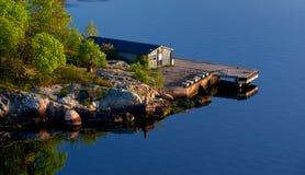 在斯堪的纳维亚礁海岸的看法 库存图片