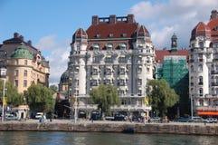 在斯德哥尔摩江边的大厦 库存照片