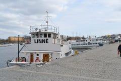 在斯德哥尔摩港的船  库存图片