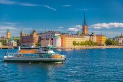 在斯德哥尔摩老镇Gamla斯坦和Riddarholmen教会上的看法 免版税图库摄影