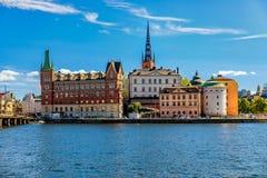 在斯德哥尔摩老镇Gamla斯坦和Riddarholmen教会上的看法 免版税库存照片