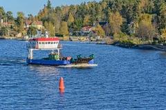 在斯德哥尔摩附近的一条小轮渡 免版税库存图片