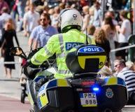 在斯德哥尔摩骄傲游行的瑞典摩托车警察2015年 免版税库存照片