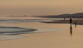 在斯托克顿海滩的日落。安娜海湾。澳大利亚。 免版税库存照片