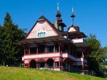 在斯拉夫的民间脱离建筑风格的美丽如画的用木材建造的山村庄Mamenka 库存图片