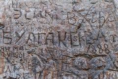 在斯拉夫语字母和拉丁语的题字在加州的混凝土墙上 免版税库存照片
