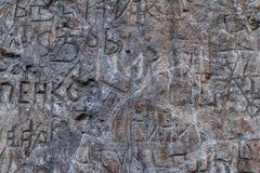 在斯拉夫语字母和拉丁语的题字在加州的混凝土墙上 库存照片