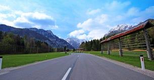 在斯洛文尼亚阿尔卑斯之上的蓝色和多云天空 免版税库存图片