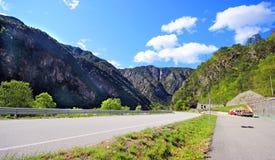 在斯洛文尼亚阿尔卑斯之上的蓝色和多云天空 图库摄影