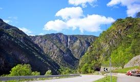 在斯洛文尼亚阿尔卑斯之上的蓝色和多云天空 免版税库存照片
