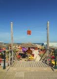 在斯海弗宁恩,荷兰使在海滩的俱乐部靠岸 免版税库存图片