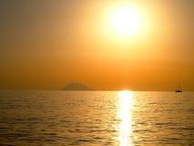 在斯特龙博利岛的日落 免版税图库摄影