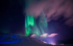 在斯瓦尔巴特群岛,朗伊尔城,卑尔根群岛,挪威墙纸山的北极光  库存图片