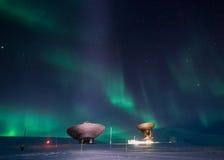 在斯瓦尔巴特群岛,朗伊尔城,卑尔根群岛,挪威墙纸山的北极光  库存照片