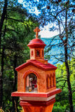 在斯科派洛斯岛海岛上的小路边寺庙 库存照片